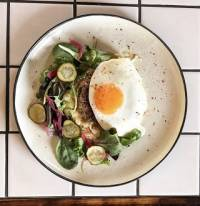 <p>Beefsteak with fried egg</p>